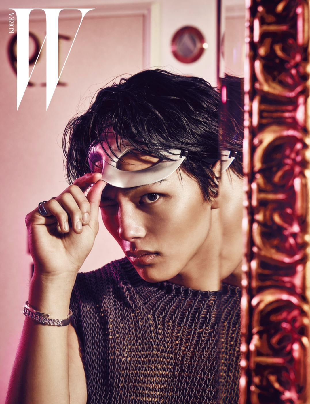 성근 짜임의 니트 톱은 Wooyoungmi 제품.