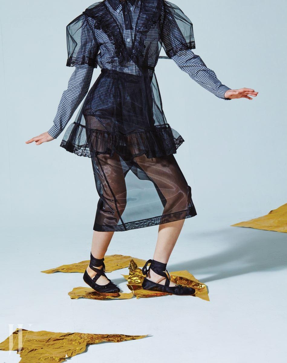 샤로 이루어진 빳빳한 레이스 장식 블라우스, 안에 입은 깅엄 체크 셔츠, 샤 소재의 시스루 펜슬 스커트, 발목에 감은 끈과 펜던트로 포인트를 준 독특한 발레 플랫은 모두 미우미우 제품. 셔츠는 70만원대, 나머지는 모두 가격 미정.