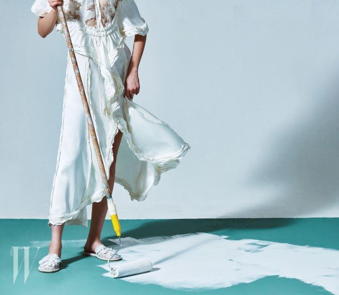 레이스가 화려하게 장식된 새틴 드레스, 꽃 아플리케 장식의 레이스 슬리퍼는 발렌시아가 제품. 드레스는 가격 미정, 슈즈는 1백만78만원.
