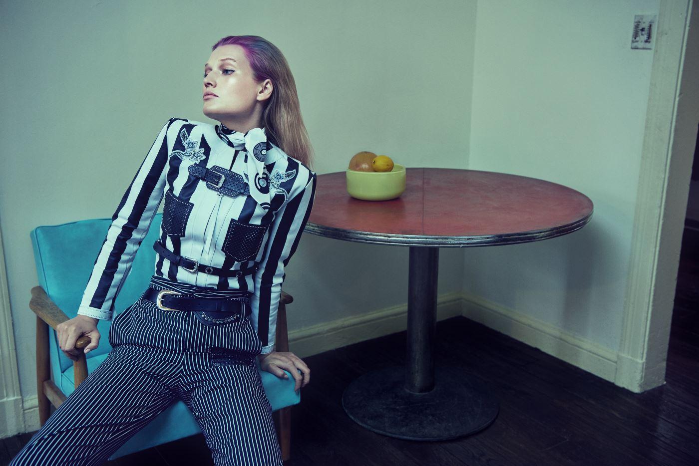 정교한 꽃 장식이 눈길을 끄는 가죽 재킷, 줄무늬 팬츠, 프린트 스카프, 가죽 벨트는 모두 Tod's 제품.