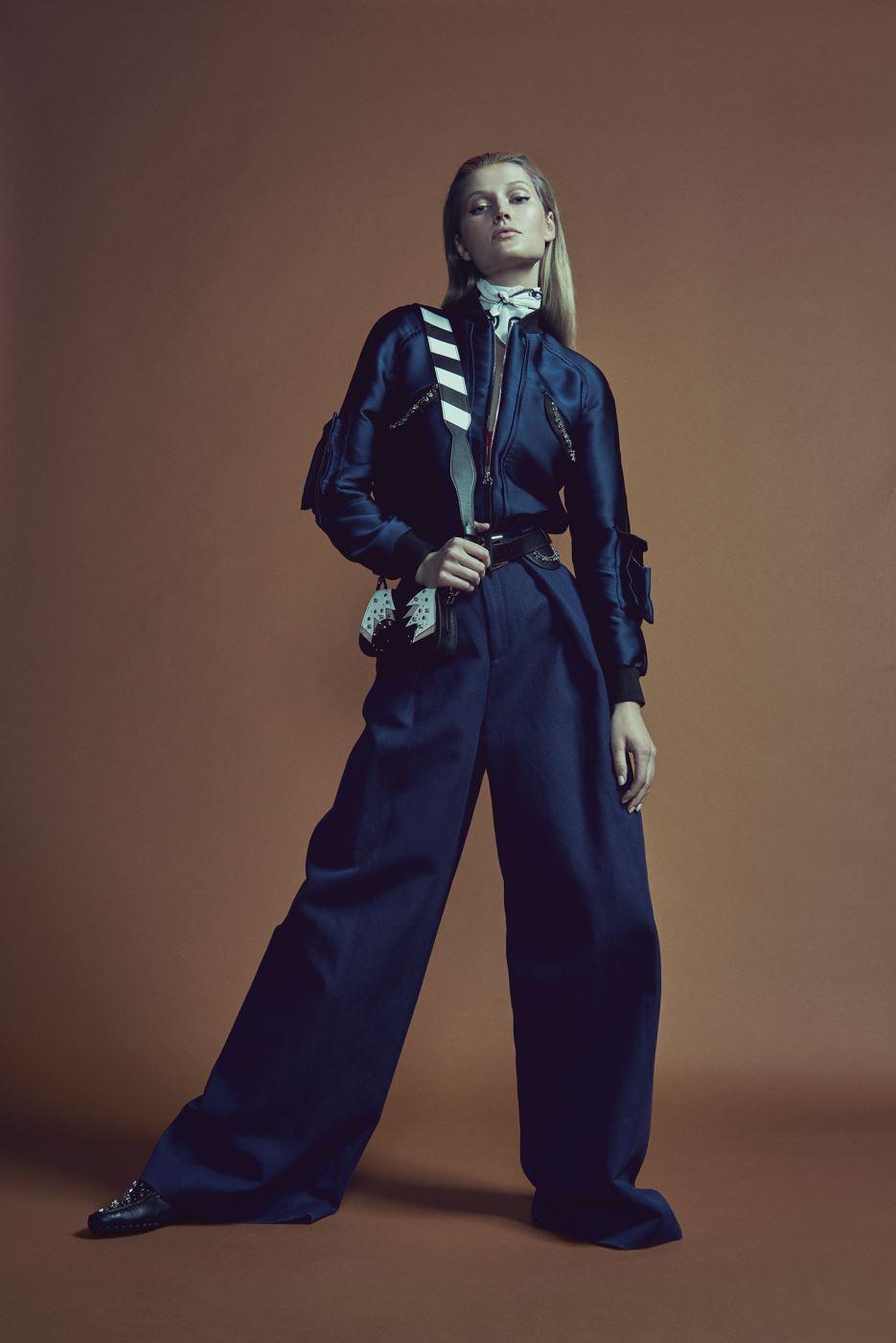 은은한 광택이 돋보이는 원석 장식 새틴 재킷, 맥시 팬츠, 프린트 스카프, 원석 장식 가죽 벨트, 흑백의 조화가 돋보이는 스트랩을 매치한 마이크로 사이즈의 더블-T(Double-T) 백, 슈즈는 모두 Tod's 제품.