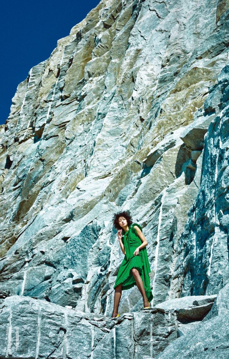 네크라인과 소매, 밑단에 프릴을 장식한 글리터 드레스는 베트멍 by 마이분 제품. 2백만원대. 레몬색 구두는 디올 제품. 2백69만원.