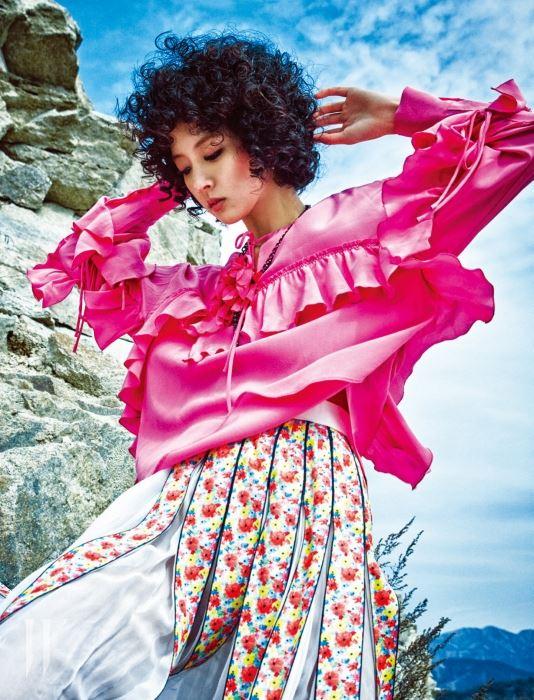 소매와 옆선, 가슴 중앙을 러플로 장식한 드레스는 쟈니헤잇재즈 제품. 34만8천원. 꽃 장식 목걸이는 랑방 제품. 1백19만원. 여러 가닥으로 이루어진 꽃무늬 스커트는 샤넬 제품. 가격 미정