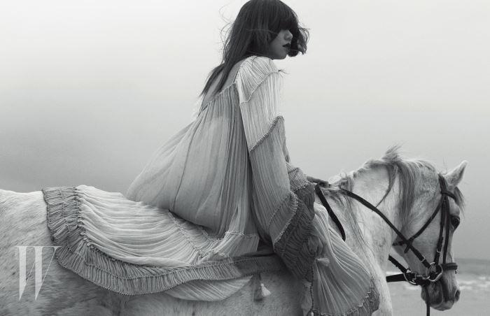 태슬과 러플, 주름 장식이 어우러진 시폰 드레스는 Chloé 제품.