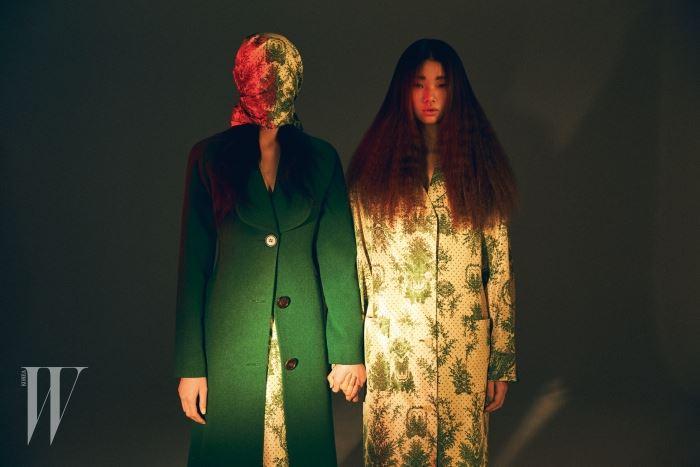 클래식한 녹색 코트, 식물 프린트가 서정적인 스커트, 가면처럼 연출한 셔츠, 셔츠 드레스는 모두 Miss Gee Collection 제품.