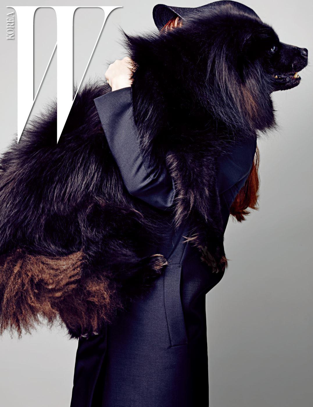 다나가 입은 검은색 테일러드 재킷은 Jil Sander 제품.