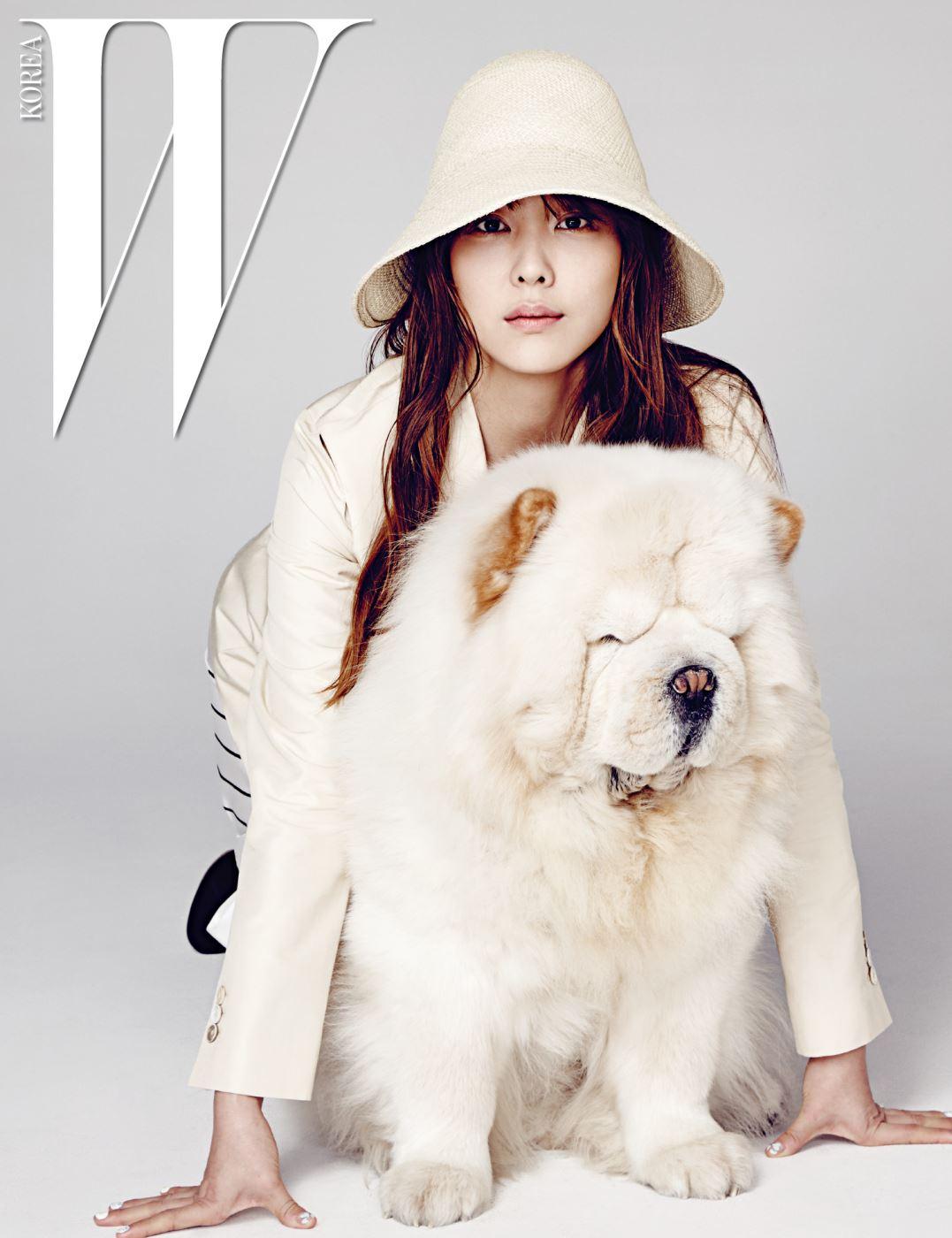 다나가 입은 베이지색 재킷과 줄무늬 스커트, 라피아 소재 모자는 모두 Jil Sander 제품.