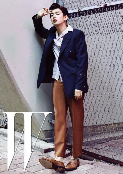 박시한 재킷은 유밋 배넌 by 쿤, 넓은 칼라 셔츠는 랑방 by 무이, 갈색 일자 팬츠는 마르니 by 쿤, 태슬 장식 로퍼는 푼크트 슈즈 제품.