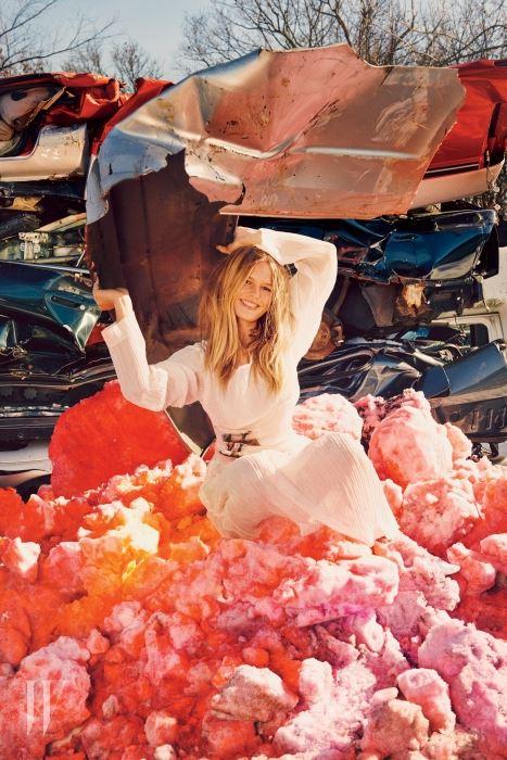 주름 장식 드레스와 부츠는 Loewe 제품.