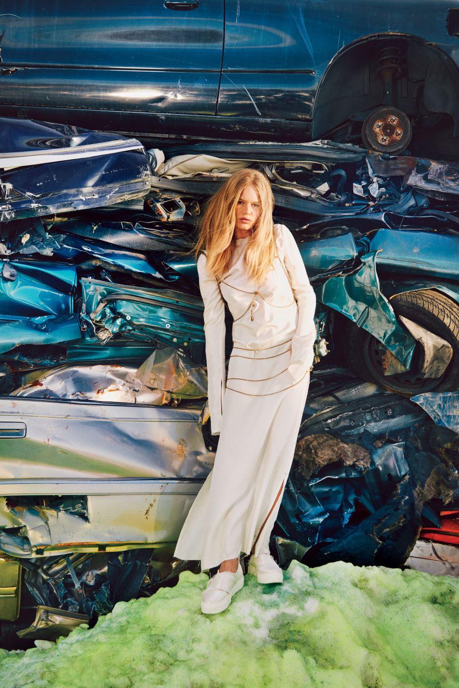 흰색 롱 드레스와 가느다란 체인 하니스, 슬립온은 모두 Calvin Klein Collection 제품. Beauty note: 늘어지는 건조한 머리에는 모로칸오일을 발라 볼륨감을 준다.