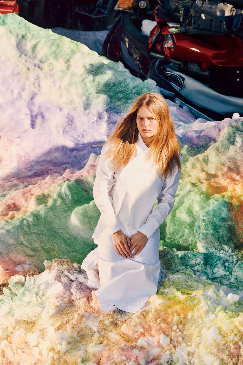 여밈 부분이 독특한 흰색 원피스는 Stella McCartney 제품.