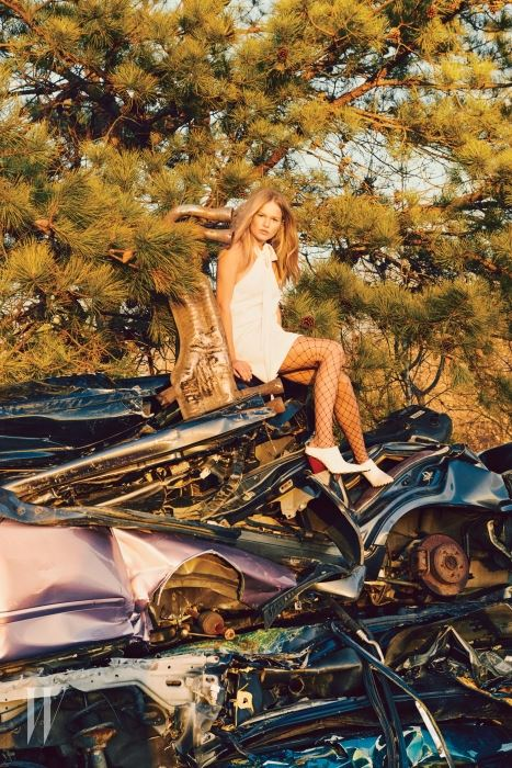 홀터넥 드레스는 Chloe, 그물 스타킹은 Maison Margiela, 앞코가 뾰족한 부티는 Celine 제품.