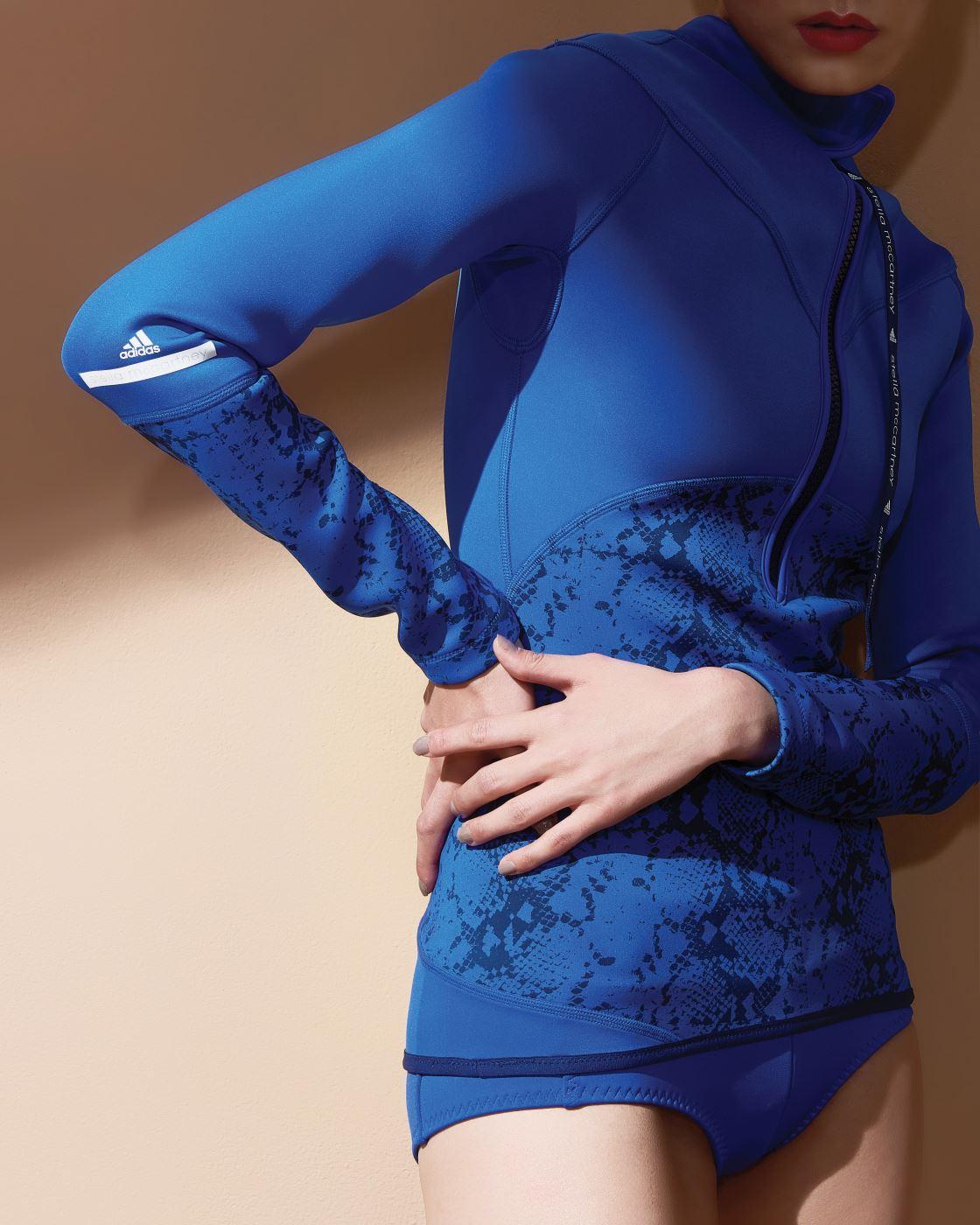뱀무늬가 인상적인 네오프렌 톱은 31만9천원, 쇼츠는 8만9천원. 아디다스 by 스텔라 매카트니 제품.