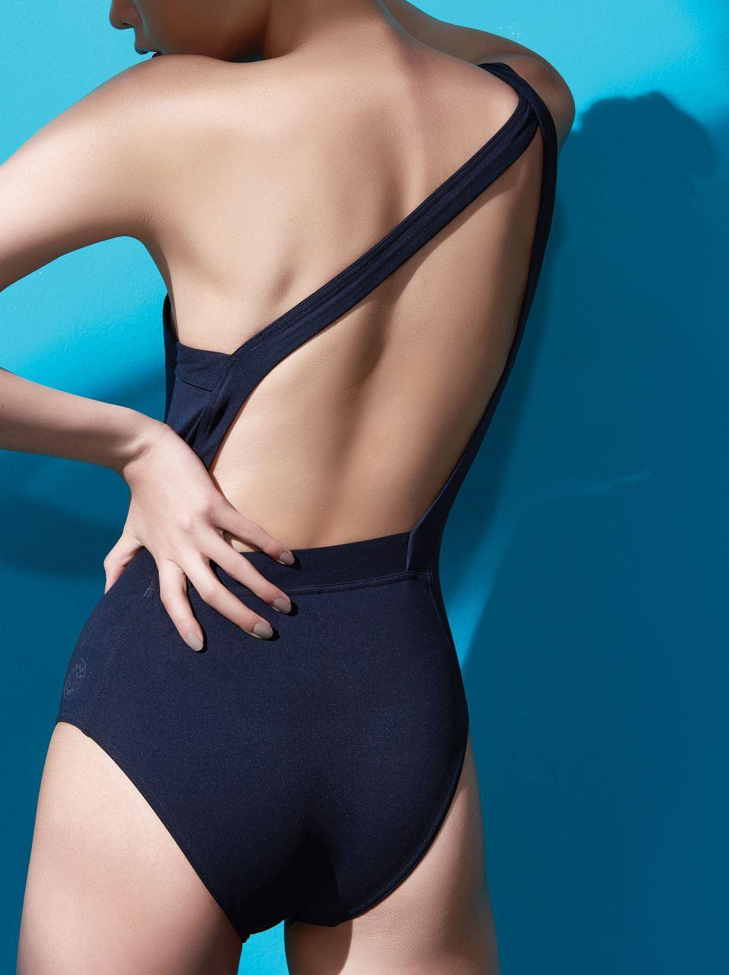 원숄더 검정 수영복은 에르메스 제품. 가격 미정.