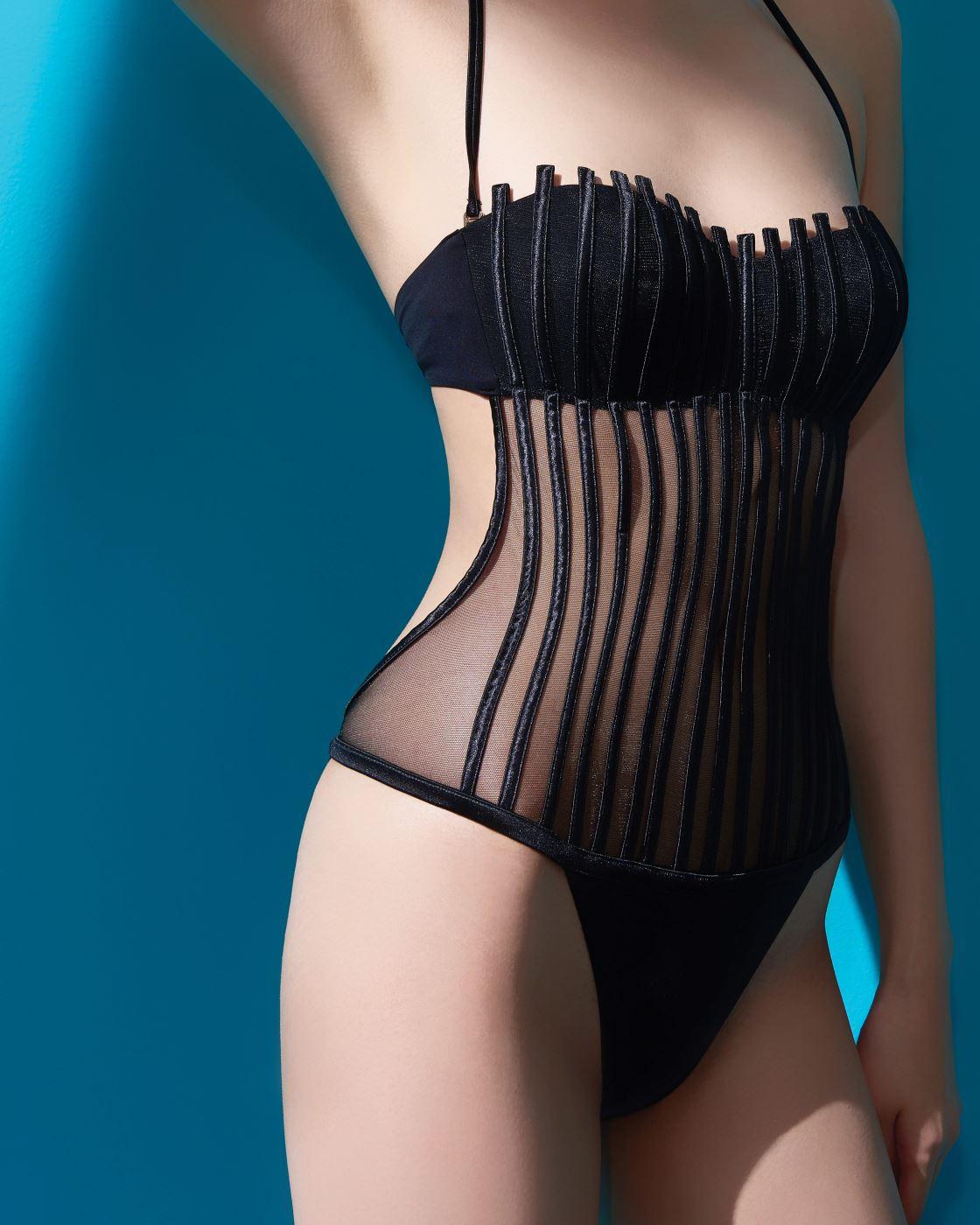 검은색 튜브톱 원피스 수영복은 라펠라 제품. 1백1만원대.