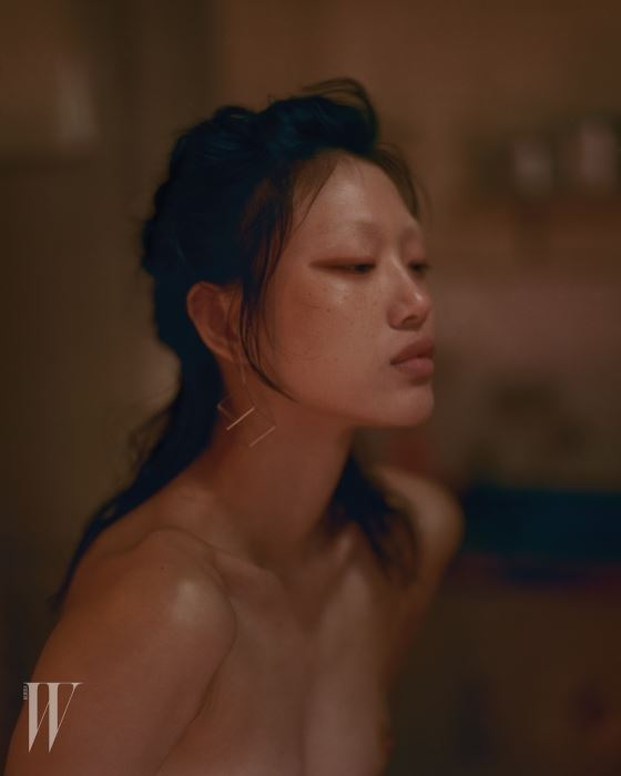 입체적인 정육각형 귀고리는 Yoko Takirai 제품.