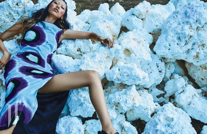 그래픽 문양의 슬리브리스 드레스는 Acne Studios, 구조적인 형태의 뱅글과 반지는 모두 Fendi, 프린지 장식의 귀고리는 H&M, 페이턴트 가죽 소재 샌들은 Tod's 제품.