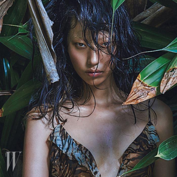 야성적인 관능미로 가득한 표범 프린트 슬립 드레스는 Saint Laurent 제품.