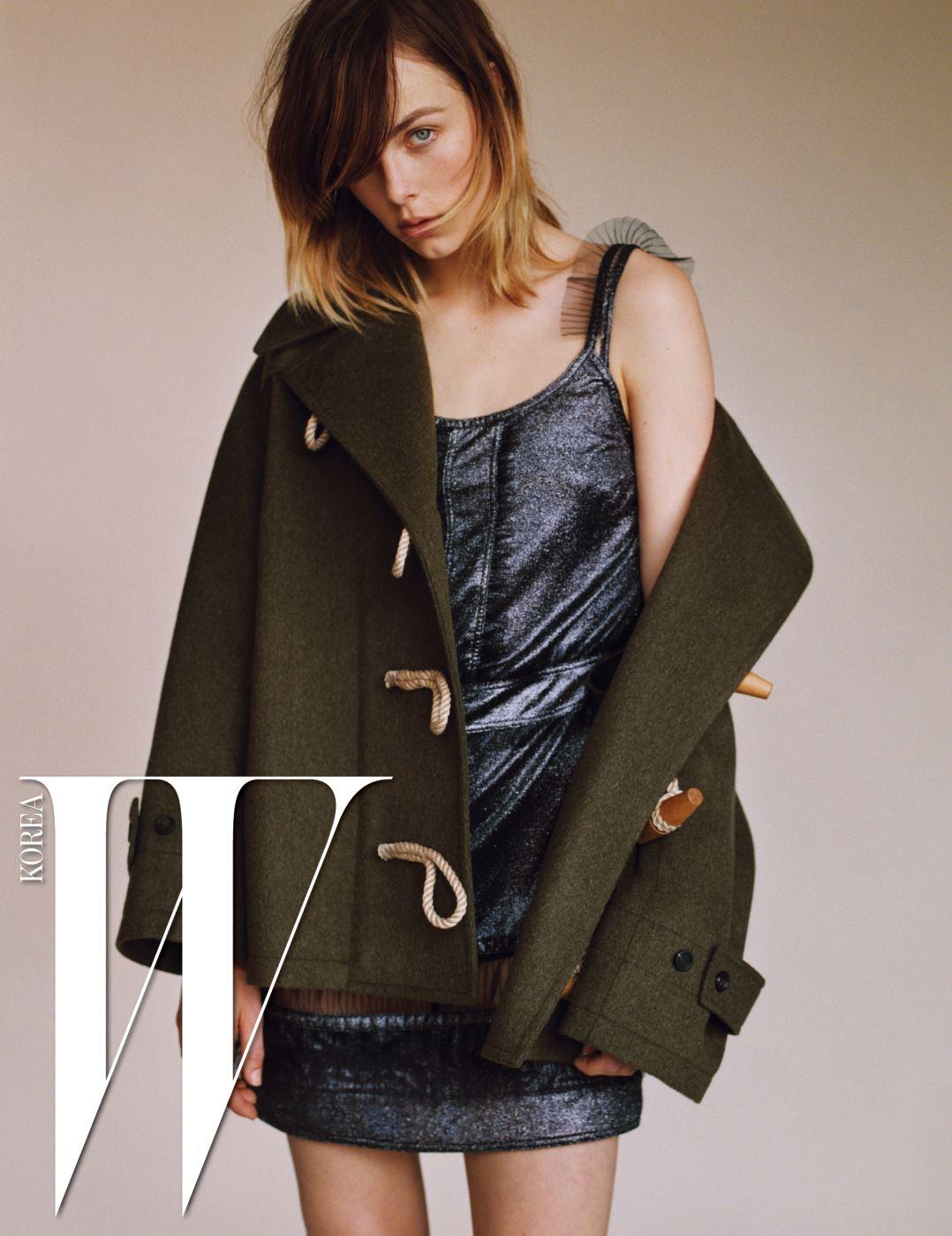 어깨 부분의 시스루 러플 장식이 여성스러운 메탈릭 미니 드레스, 카키색 더플코트는 Burberry 제품.