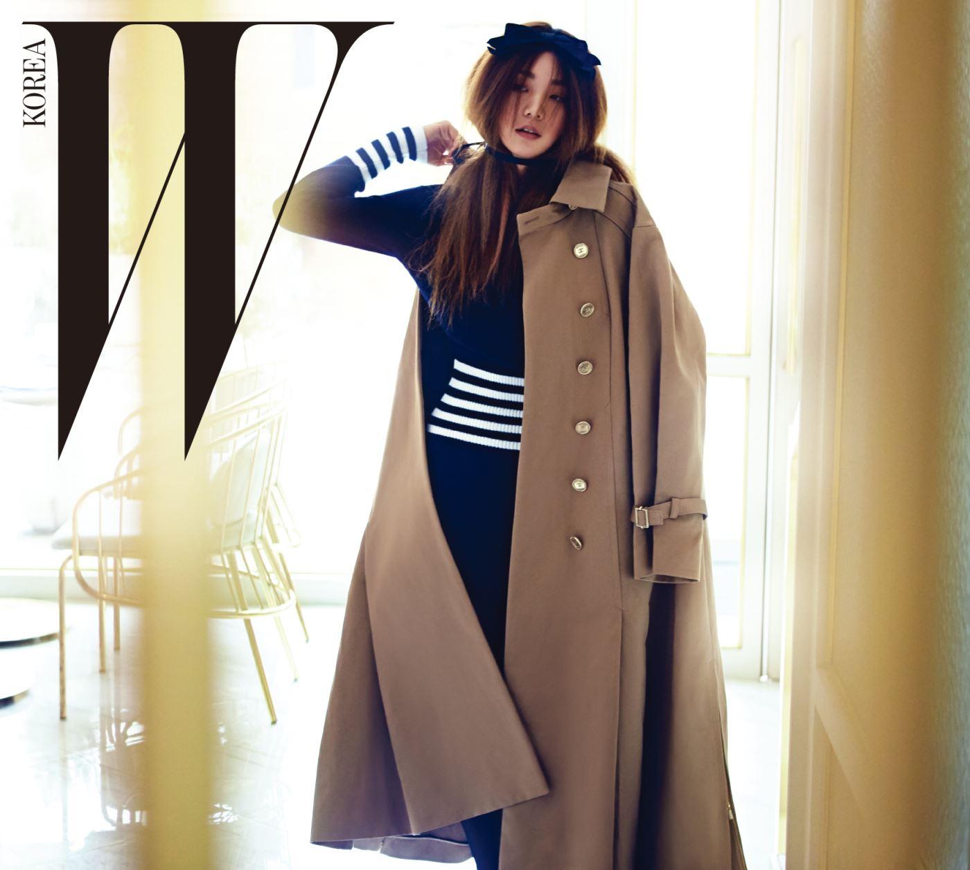 오버사이즈의 트렌치코트, 줄무늬 패턴이 담긴 니트 원피스, 리본 헤어핀은 모두 Chanel 제품.