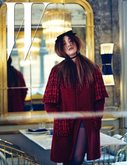 두 가지 아우터를 겹쳐 입은 듯한 효과를 주는 체크 트위드 코트는 Chanel 제품.