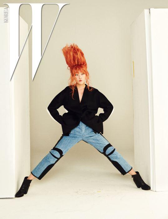 버튼 하나로 여미는 간결한 검은색 록클리 코트, 무릎과 옆선의 검정 절개가 독특한 데님 팬츠, 검정 가죽 워커 부츠는 모두 Rag&Bone 제품.