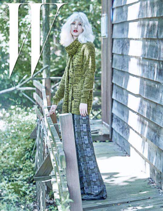포근한 느낌을 주는 니트 카디건과 머플러, 체크무늬 니트 바지는 모두 Bottega Veneta 제품.