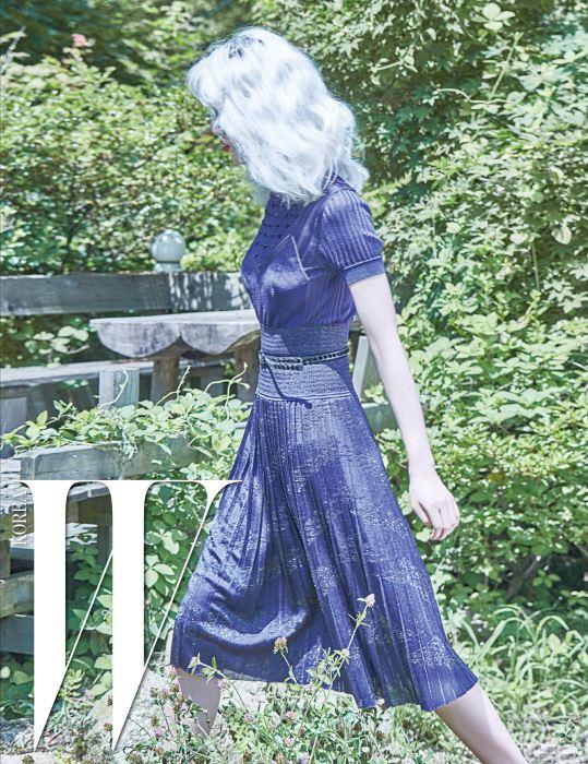 몸의 라인이 아름답게 드러나는 플리츠 니트 드레스와 가죽 벨트는 Bottega Veneta 제품.