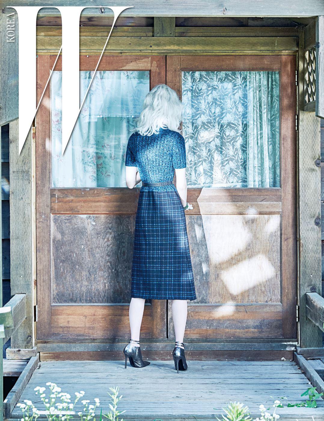 니트 톱과 체크무늬 스커트가 이어진 드레스와 벨트, 스트랩 슈즈는 모두 Bottega Veneta 제품.