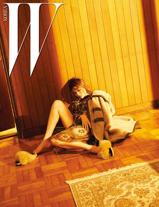 두툼한 양털로 보온감을 높인 후드 장식 시어링 케이프와 모로칸 스타일의 패턴이 들어간 가벼운 실크 시폰 드레스, 풍성한 시어링 슬라이드 슈즈는 모두 Chloe 제품.