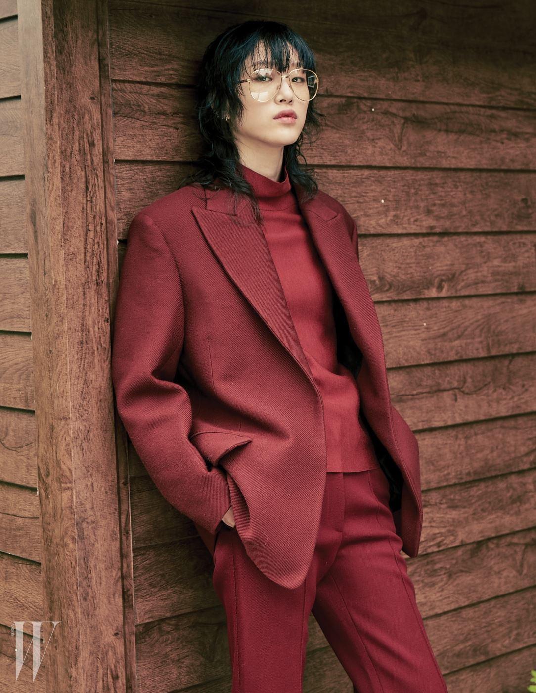이너와 재킷, 팬츠는 모두 셀린, 안경은 구찌 제품.