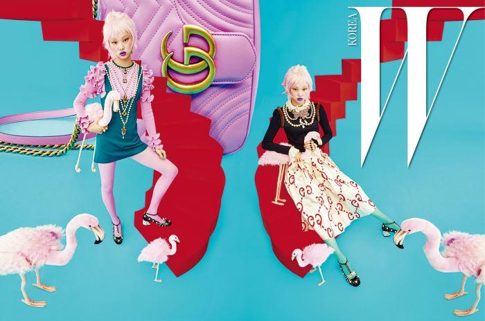 왼쪽 | 러플과 진주 장식이 로맨틱함을 더하는 미니 드레스, 분홍색 타이츠, 진주 장식 메리제인 슈즈, 반지, 그리고 배경에 놓인 분홍색 가죽 소재의 GG 마몽(Marmont) 2.0 백은 모두 Gucci 제품.  오른쪽 | 화려한 진주와 보 장식, 그리고 어깨 부분의 퍼 장식이 돋보이는 니트 톱, 로고 플레이 새틴 스커트, 푸른색 타이츠, 진주 장식 메리제인 슈즈, 반지는 모두 Gucci 제품.