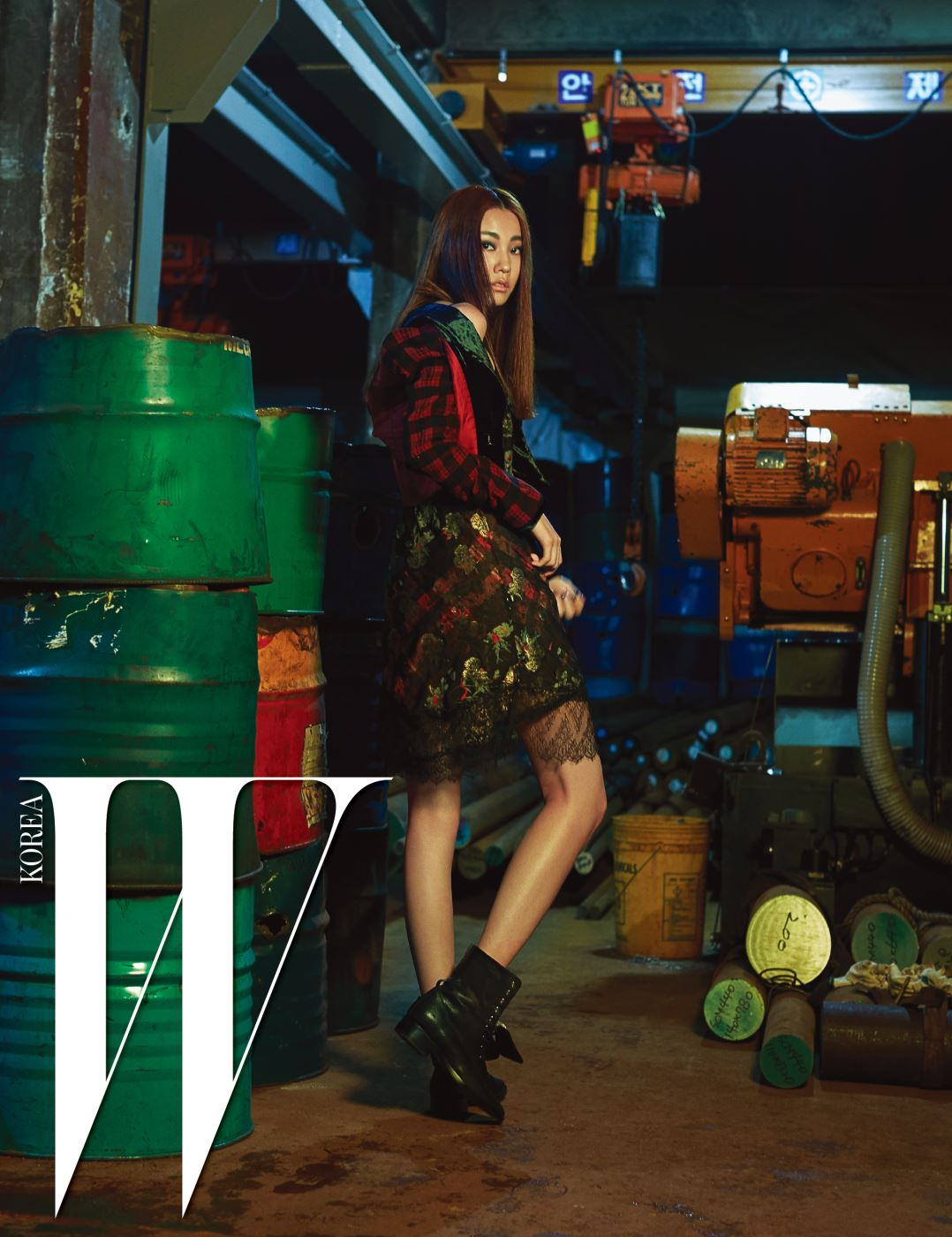 록적인 무드가 가미된 체크 패턴 재킷, 레이스 장식의 슬립 드레스, 자수 장식 워커는 모두 Etro 제품.