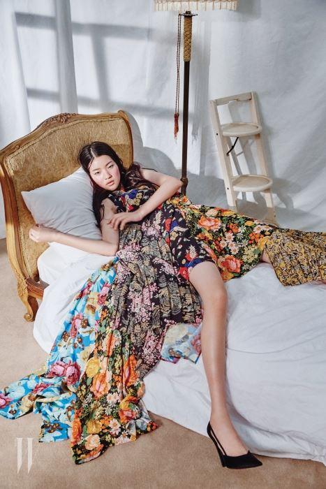 다채로운 꽃무늬 천이 조화를 이룬 드레스와 검은색 스틸레토는 Balenciaga 제품.