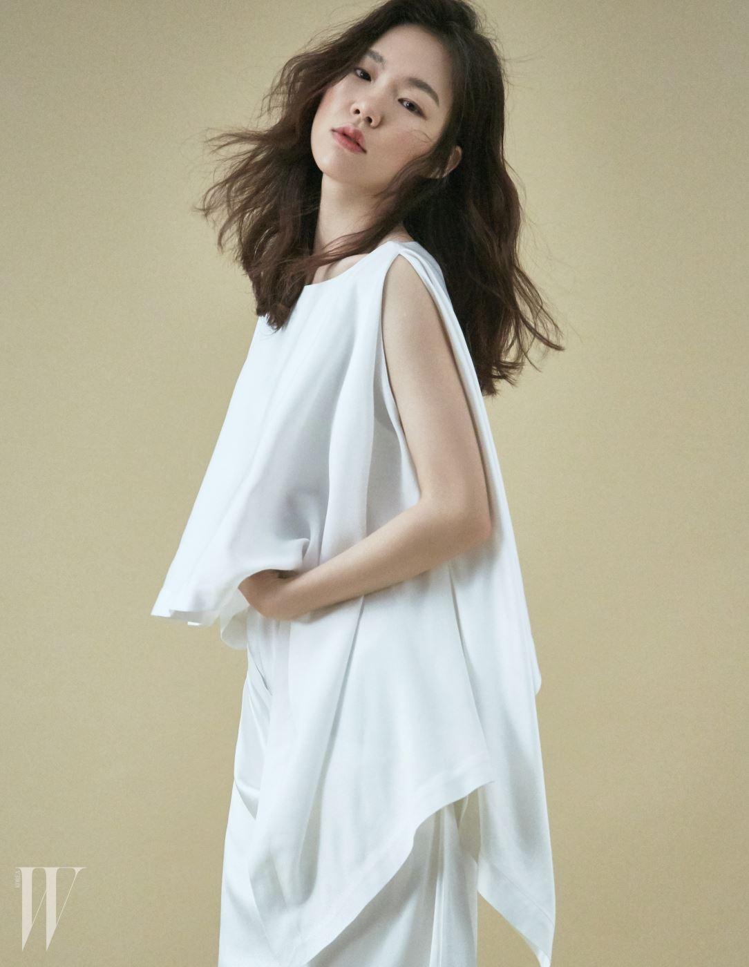 드라마틱한 실루엣을 그리는 실크 드레스는 유돈 초이 제품.