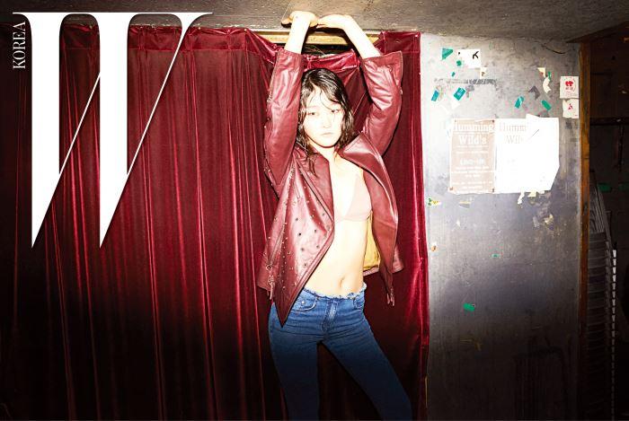 펑키한 펀칭 장식 바이커 재킷과 부츠컷 데님 팬츠는 Obzee 제품.