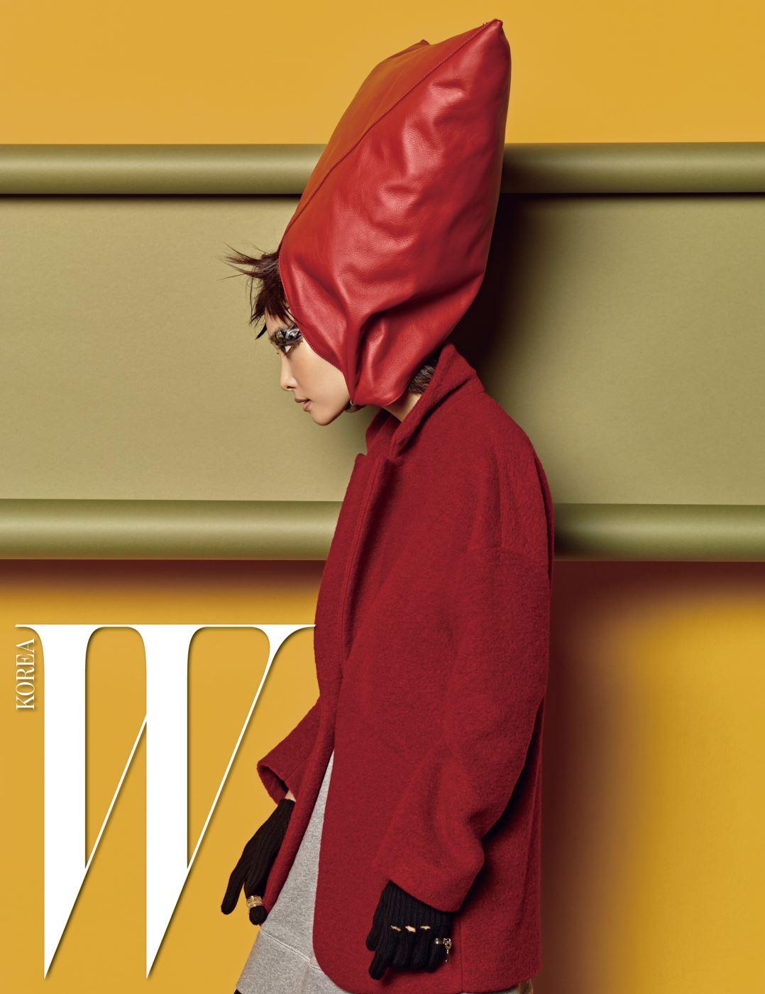 헤드피스로 연출한 가방과 볼륨감 있는 재킷, 스웨트 드레스, 펀칭 장식 장갑, 반지들은 모두 MM6 제품.