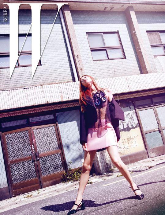 재킷, 시스루 톱, 분홍 미니스커트, 반짝이는 스트랩 힐은 모두 Emporio Armani 제품.
