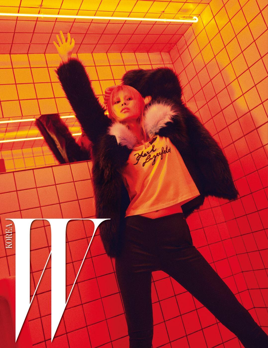 일러스트 티셔츠, 가죽 바이커 팬츠, 파스텔 블루와 검정 배색의 퍼 코트는 모두 Karl Lagerfeld 제품.
