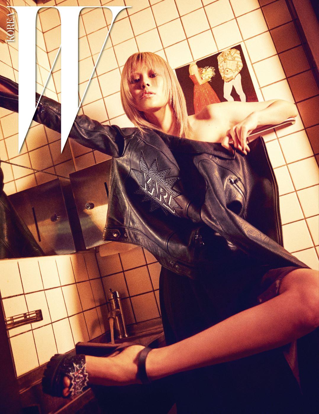시폰 소재의 튜브톱 드레스, 뒷면의 로고가 재미있는 가죽 바이커 재킷, 반짝이는 플랫폼 샌들은 모두 Karl Lagerfeld 제품