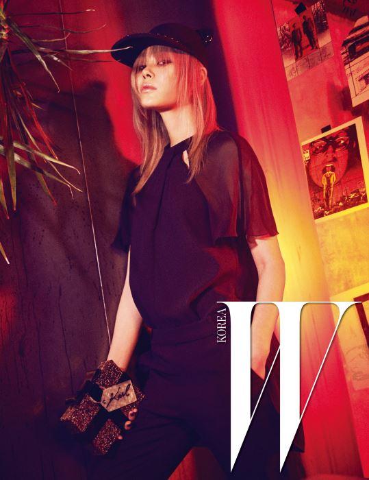 어깨 부분이 시스루로 된 섹시한 검정 점프슈트, 피어싱을 단 고양이 모자, 선물박스 모양의 아크릴 클러치는 모두 Karl Lagerfeld 제품.