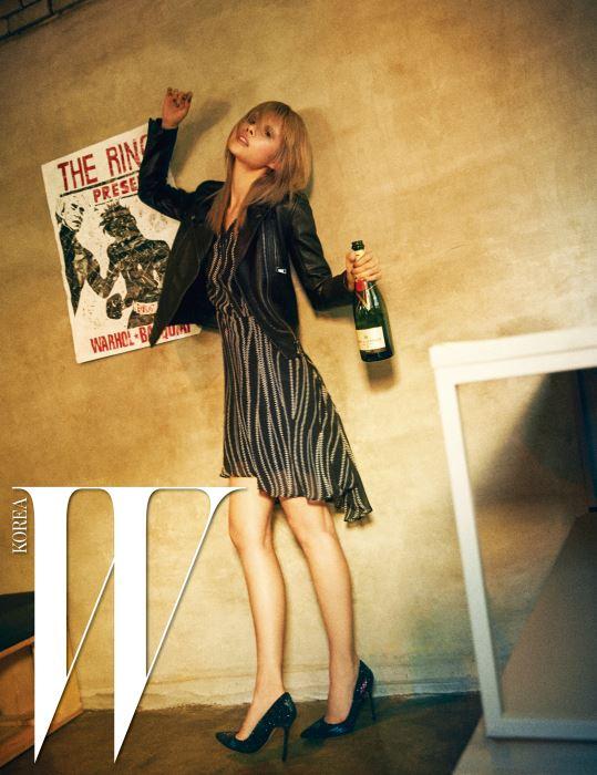 지퍼 무늬의 드레스, 가죽 바이커 재킷, 글리터 펌프스는 모두 Karl Lagerfeld 제품.