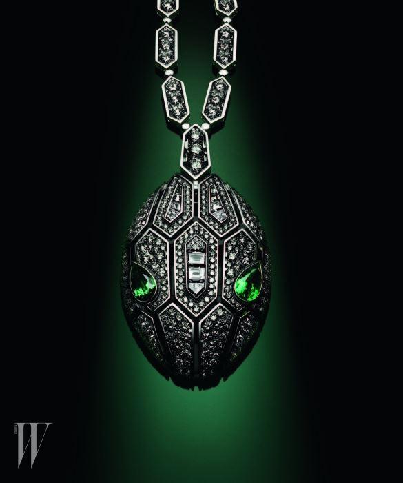 에메랄드 눈을 지닌 화이트 골드 소재에 다이아몬드가 풀 세팅된 뉴 세르펜티 펜던트 목걸이
