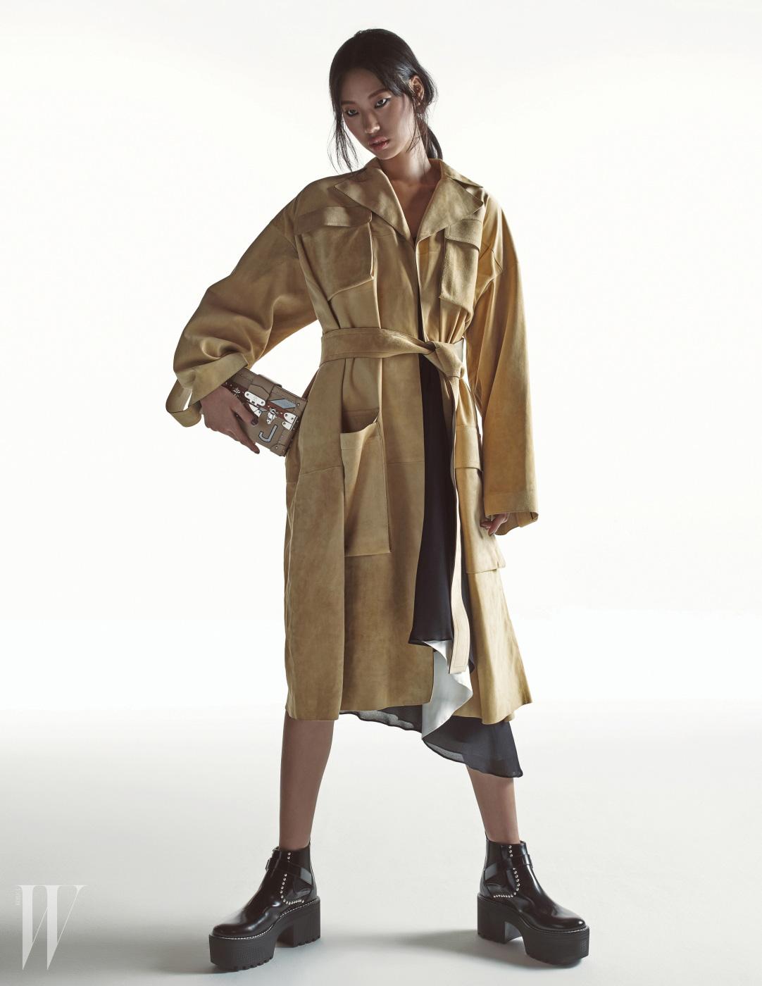 밝은 베이지색 스웨이드 코트는 셀린 제품. 가격 미정. 안에 입은 드레스와 플랫폼 슈즈, 쁘띠뜨말은 루이 비통 제품. 가격 미정.