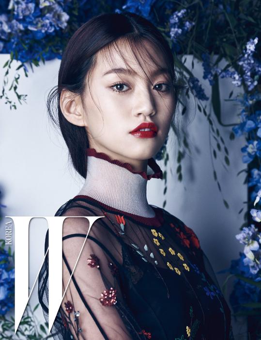 레이스 장식의 검정 뷔스띠에는 Zara, 플라워 모티프의 엠브로이더리 시스루 톱은 Fendi 제품.