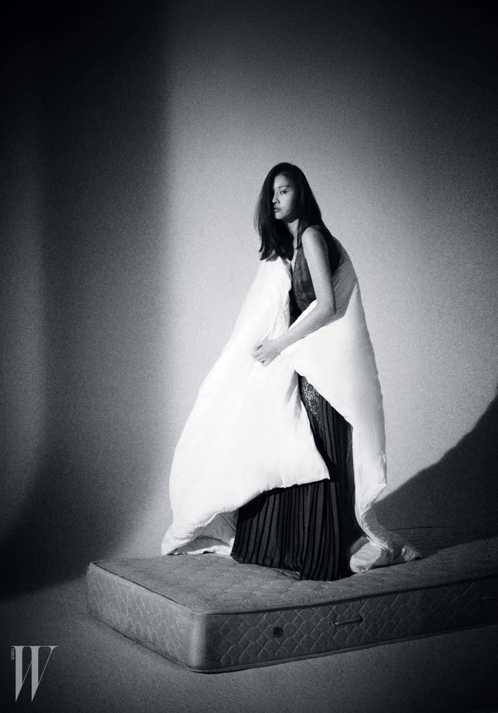 레이스, 주름 장식 슬립 드레스는 Stella McCartney 제품.