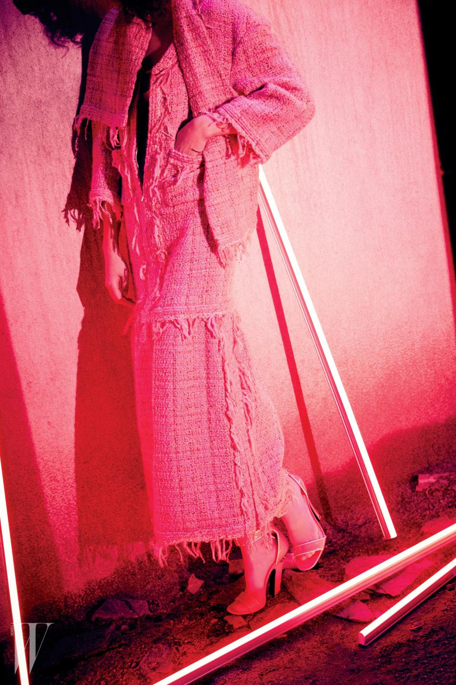 트위드 드레스, 머플러는 Chanel, 분홍 스타킹은 Gucci, 슈즈는 Prada 제품.
