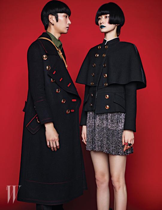 이봄찬이 착용한 골드 버튼 장식의 밀러터리 코트와 카키색 셔츠, 크로스백은 모두 Burberry 제품. 박세라가 착용한 케이프 형태의 실루엣이 돋보이는 밀리터리 재킷과 메탈 프린지 장식 드레스는 Burberry, 밴드형 가죽 반지는 모두 Louis Vuitton 제품.