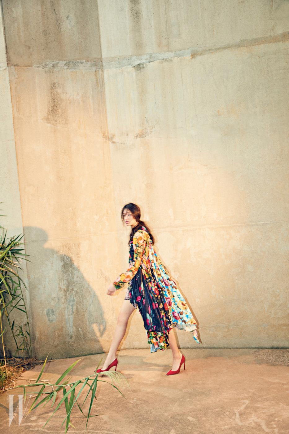 다양한 형태의 꽃무늬를 뒤섞은 드레스는 Balenciaga, 붉은색 스틸레트 힐은 Dior 제품.