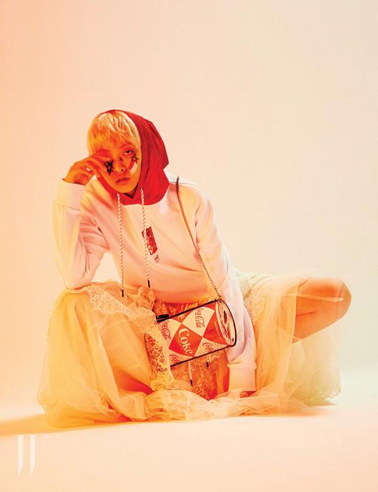 콜라 캔이 프린트된 빨강 후드 장식 스웨트셔츠와 캔 모양의 클러치는 Stereo Vinyls, 레이스 웨딩드레스는 H&M Conscious 제품.